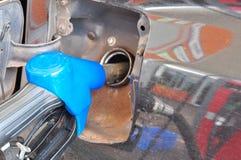 Añada el aceite combustible al coche en el surtidor de gasolina con un dispensador selec Fotografía de archivo libre de regalías