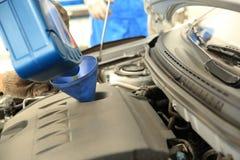 Añada el aceite de motor de coche Imagen de archivo libre de regalías