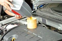 Añada el aceite de motor del coche Fotografía de archivo