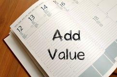 Añada el valor escriben en el cuaderno Foto de archivo