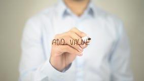 Añada el valor, escritura del hombre en la pantalla transparente Imagen de archivo libre de regalías