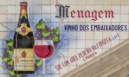 Añada en las tejas para el vino portugués en un mercado en Oporto Imagenes de archivo
