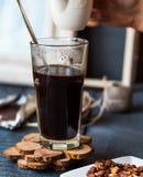 Añada la crema a la taza del café sólo, mano Imagen de archivo libre de regalías