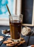 Añada la crema a la taza del café sólo, mano Imagenes de archivo