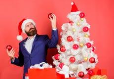 Añada la magia a los días de fiesta El hombre de negocios se une a la celebración de la Navidad Decoración de la bola de la Navid fotografía de archivo