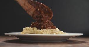 Añada la salsa boloñesa en los espaguetis Fotos de archivo libres de regalías