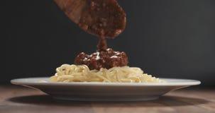 Añada la salsa boloñesa en los espaguetis Imágenes de archivo libres de regalías