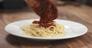 Añada la salsa boloñesa en los espaguetis Fotos de archivo