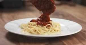 Añada la salsa boloñesa en los espaguetis Fotografía de archivo