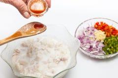 Añada la salsa de pimiento picante a los pescados adobados Imagen de archivo libre de regalías
