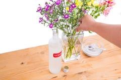Añada la vodka y el azúcar en el florero para mantener las flores más frescas Foto de archivo libre de regalías