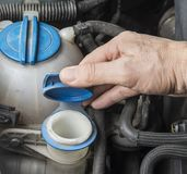 Añada para arriba el líquido del verano del limpiaparabrisas en coche Imágenes de archivo libres de regalías