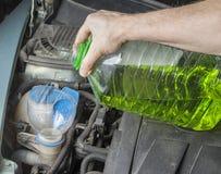 Añada para arriba el líquido del verano del limpiaparabrisas en coche Imagen de archivo libre de regalías