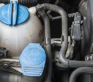 Añada para arriba el líquido del verano del limpiaparabrisas en coche Imagenes de archivo
