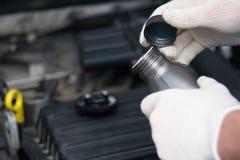 Añada y substituya, aceite de motor, primer Imagen de archivo libre de regalías