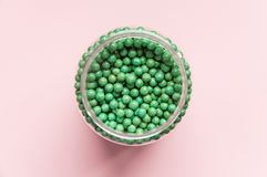 Añadido biológicamente activo vegetal natural Bajo la forma de pequeñas bolas verdes Medicinas naturales de Asia Foto de archivo libre de regalías