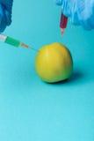 Añadidos químicos en comida o concepto genético modificado de la fruta Imagenes de archivo