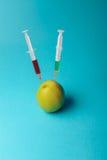 Añadidos químicos en comida o concepto genético modificado de la fruta Fotografía de archivo libre de regalías
