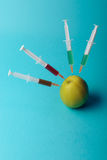 Añadidos químicos en comida o concepto genético modificado de la fruta Fotografía de archivo