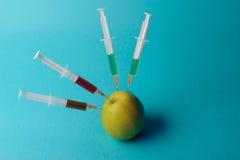 Añadidos químicos en comida o concepto genético modificado de la fruta Imágenes de archivo libres de regalías