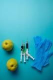 Añadidos químicos en comida o concepto genético modificado de la fruta Imagen de archivo