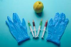 Añadidos químicos en comida o concepto genético modificado de la fruta Fotos de archivo