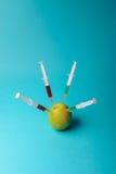 Añadidos químicos en comida o concepto genético modificado de la fruta Fotos de archivo libres de regalías