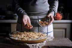 Añadiendo el caramelo en la pasta para la descarga de la calabaza apelmácese Imagen de archivo libre de regalías