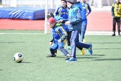 Año de Orenburg, Rusia 26 de abril de 2017: el fútbol del juego de los muchachos Foto de archivo libre de regalías