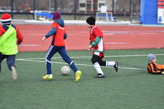 Año de Orenburg, Rusia 26 de abril de 2017: el fútbol del juego de los muchachos Foto de archivo