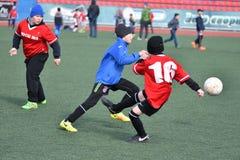 Año de Orenburg, Rusia 26 de abril de 2017: el fútbol del juego de los muchachos Fotografía de archivo