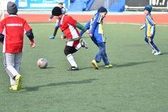 Año de Orenburg, Rusia 26 de abril de 2017: el fútbol del juego de los muchachos Imágenes de archivo libres de regalías