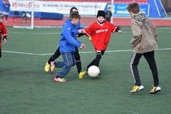 Año de Orenburg, Rusia 26 de abril de 2017: el fútbol del juego de los muchachos Fotos de archivo