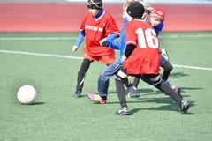 Año de Orenburg, Rusia 26 de abril de 2017: el fútbol del juego de los muchachos Imagenes de archivo