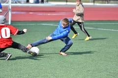 Año de Orenburg, Rusia 26 de abril de 2017: el fútbol del juego de los muchachos Imagen de archivo