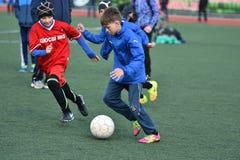 Año de Orenburg, Rusia 26 de abril de 2017: el fútbol del juego de los muchachos Fotografía de archivo libre de regalías