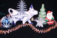 Año de vaca - decoraciones y vaca de la Navidad Imágenes de archivo libres de regalías