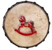 Año del caballo mecedora del color rojo del caballo en una superficie de tambor, visión desde arriba Fotos de archivo