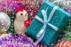 Año del gallo Caja del pollo y de regalo entre la malla Imagen de la Navidad Foto de archivo libre de regalías