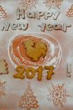 Año del gallo Galletas del Año Nuevo con el azúcar en polvo debajo Imágenes de archivo libres de regalías