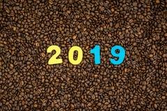 Año 2019 en fondo de los granos de café Foto de archivo