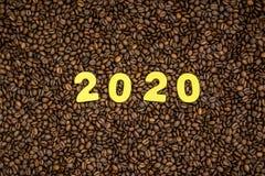 Año 2020 en fondo de los granos de café Imagen de archivo