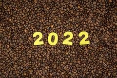 Año 2022 en fondo de los granos de café Fotografía de archivo