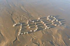 Año 2018 escrito con las piedras en la arena Foto de archivo libre de regalías