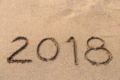 Año 2018 escrito en la arena Imágenes de archivo libres de regalías