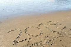 Año 2018 escrito en la arena de la playa Fotos de archivo