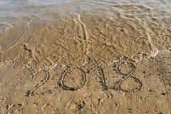 Año 2018 escrito en la arena de la playa fotografía de archivo libre de regalías
