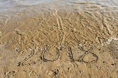 Año 2018 escrito en la arena de la playa foto de archivo libre de regalías