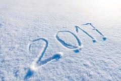 Año 2017 escrito en nieve Fotos de archivo libres de regalías