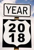Año 2018 escrito en señal de tráfico americana Fotos de archivo